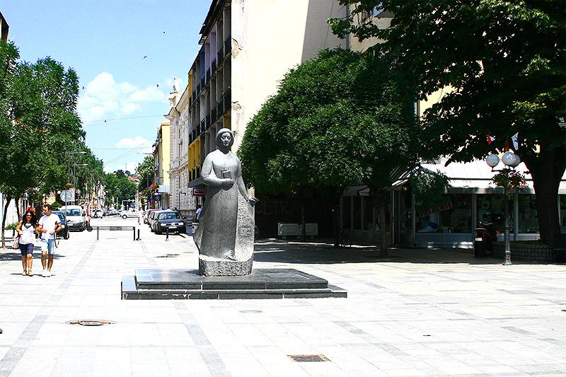 http://tov.rs/wp-content/uploads/2013/07/spomenik_desanki_maksimovic.jpg