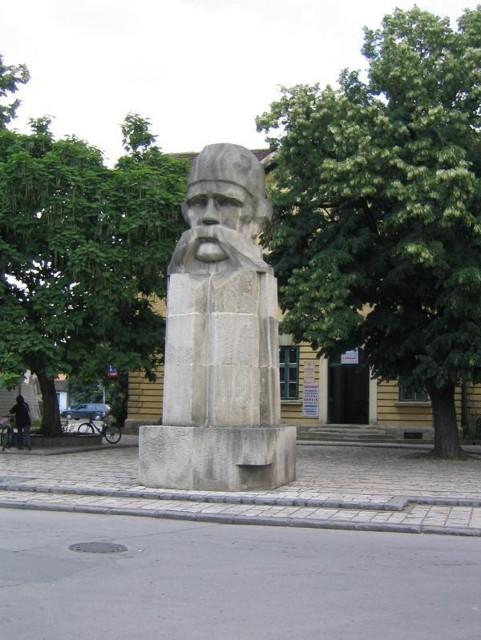 http://upload.wikimedia.org/wikipedia/commons/b/bf/Valjevo_Spomenik_Vuka_Karadzica.jpg